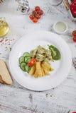 Poulet et pommes de terre avec les concombres marinés, verts Image libre de droits