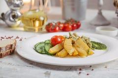 Poulet et pommes de terre avec les concombres marinés, verts Photos stock