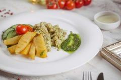Poulet et pommes de terre avec les concombres marinés, verts Photos libres de droits