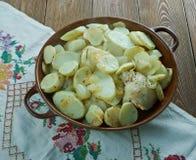 Poulet et pommes de terre cuits au four d'ail Image stock