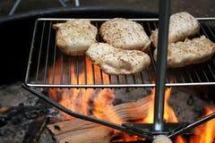 Poulet faisant cuire au-dessus de l'incendie ouvert Photographie stock libre de droits