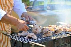 Poulet faisant cuire sur le gril de barbecue photo libre de droits