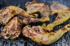 Poulet faisant cuire sur le gril de barbecue, plan rapproché Image stock
