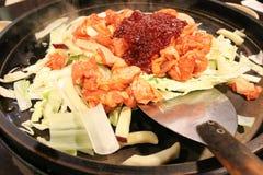 Poulet fait sauter à feu vif épicé, menu populaire pour manger- en Corée photo libre de droits