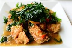 Poulet frit épicé avec des feuilles de basilic Photo libre de droits