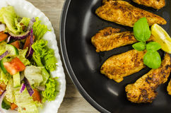 Poulet frit avec de la salade de légumes Image libre de droits