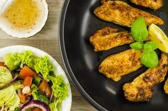 Poulet frit avec de la salade de légumes Image stock
