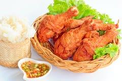 Poulet frit avec de la sauce épicée rouge et le riz collant Images libres de droits