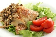 Poulet frit avec des champignons de couche et des légumes Photo stock