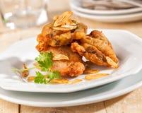 Poulet frit avec des tranches d'ail Photos libres de droits