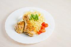 Poulet frit avec la nouille d'un plat Photo libre de droits