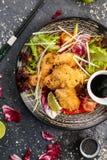 Poulet frit avec la sauce de soja et les légumes d'un plat noir, vue à partir du dessus photo libre de droits
