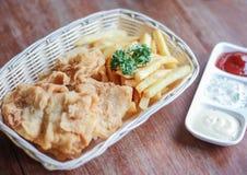 Poulet frit avec les pommes de terre frites Photos libres de droits