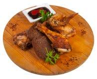 Poulet frit chaud avec de la sauce sur un conseil en bois Images libres de droits
