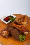 Poulet frit chaud avec de la sauce sur un conseil en bois Photographie stock
