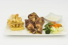 Poulet frit (chicharrà ³ n de pollo), pépites de poulet frit, pommes frites et légumes avec de la sauce chili Photo libre de droits