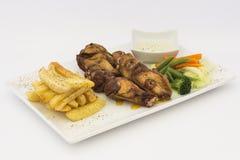 Poulet frit (chicharrà ³ n de pollo), pépites de poulet frit, pommes frites et légumes avec de la sauce chili Photos stock