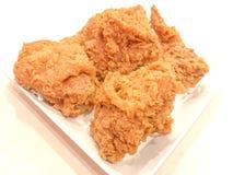 Poulet frit croustillant du Kentucky d'un plat et d'une table blancs Photographie stock