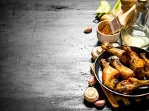 Poulet frit dans la casserole avec la sauce de champignons, d'ail et tomate Images stock
