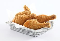 Poulet frit dans le panier Images stock