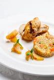 Poulet frit, servi avec l'orge perlée et les légumes Photos libres de droits