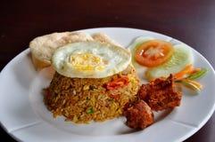 Poulet frit servi de gens du pays de riz frit Image libre de droits