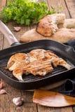 Poulet frit sur la casserole de gril image stock