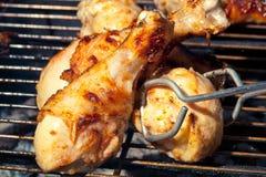 Poulet frit sur le gril Photos stock