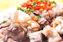 Poulet froid découpé en tranches avec de la sauce chili Photographie stock