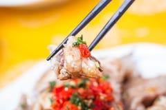 Poulet froid découpé en tranches avec de la sauce chili Photos libres de droits