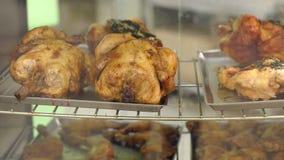 Poulet grillé à un magasin Le poulet grillé est vendu dans le conteneur au marché banque de vidéos