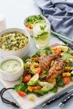 Poulet grillé avec de la salade végétale, la soupe et la limonade froide photographie stock libre de droits