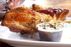 Poulet grillé avec de la sauce épicée. photo stock