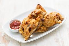 Poulet grillé avec de la sauce sur le plat Photo stock