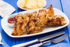 Poulet grillé avec de la sauce sur le plat Photos libres de droits