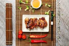 Poulet grillé avec des légumes d'un plat blanc Photo libre de droits
