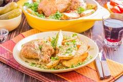 Poulet grillé avec des pommes de terre Photo stock