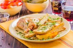 Poulet grillé avec des pommes de terre Photographie stock