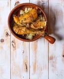 Poulet grillé avec des pommes de terre dans une cuvette rustique Tapa espagnol typique Photo libre de droits