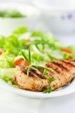 Poulet grillé avec les herbes et la salade photos stock