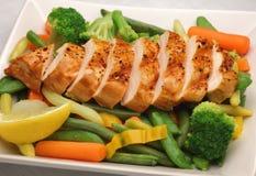Poulet grillé avec les légumes frais images libres de droits