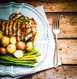 Poulet grillé avec les pommes de terre et l'asperge sur le fond en bois Image libre de droits