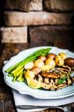 Poulet grillé avec les pommes de terre et l'asperge sur le fond en bois Photographie stock