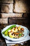 Poulet grillé avec les pommes de terre et l'asperge sur le fond en bois Images libres de droits