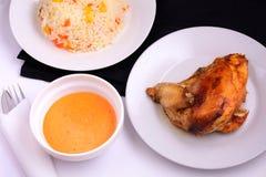 Poulet grillé d'un plat blanc avec de la sauce et le risotto Photo stock