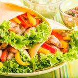 Poulet grillé dans une enveloppe de tortilla image libre de droits