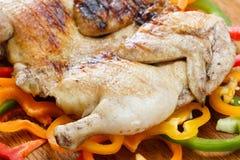 Poulet grillé en croûte frit sur un fond coloré des légumes image libre de droits