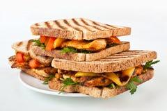 Poulet grillé et sandwichs végétaux grillés Image libre de droits
