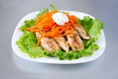 Poulet grillé sur la salade Photos stock