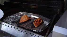 Poulet grillé tout entier venant gril et sur un plat banque de vidéos